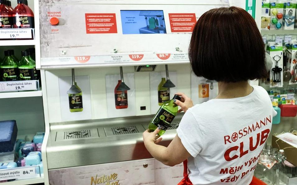 Automaty do napełniania butelek środkami czystości pojawiły się w czeskich Rossmannach
