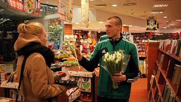 Z okazji Dnia Kobiet Lechia Gdańsk przygotowała dla wszystkich pań niespodziankę. Piłkarze biało-zielonych w największych centrach handlowych rozdawali kwiaty oraz vouchery z zaproszeniem na najbliższy mecz Lechii z Koroną Kielce. Na zdjęciu Patryk Sobczak
