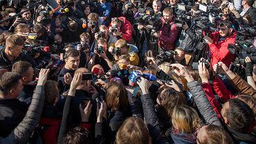 Wołodymyr Zełenski wśród dziennikarzy po opuszczeniu lokalu wyborczego.
