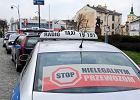 """W Rzeszowie trwa wojna taksówkarzy z Boltem. Taksówkarz: """"Kierowca Bolta chciał mnie przejechać, bo zastawiłem mu samochód"""""""