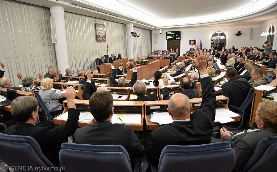 Zdjęcie numer 2 w galerii - Ciemnogród w polskiej polityce trzyma się mocno