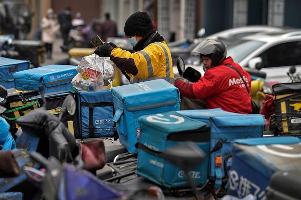 COVID-19 najgroźniejszy dla taksówkarzy i dostawców pizzy? Brytyjczycy rozważają zmianę kolejności szczepień
