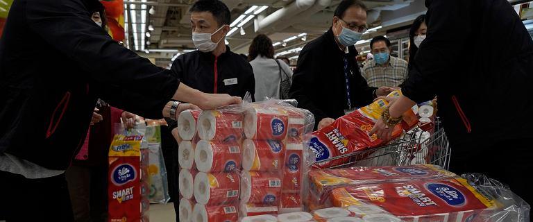 Koronawirus. Trzech mężczyzn ukradło w Hongkongu 600 rolek papieru