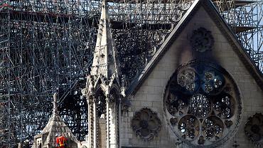Strażak na jednym z balkonów Notre Dame, Paryż, 17 kwietnia 2019 r.