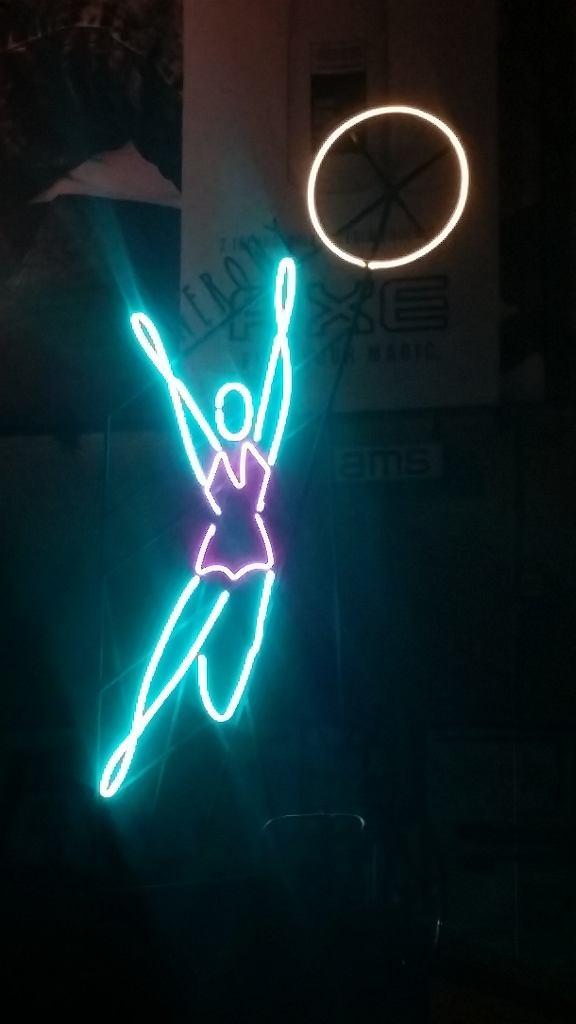 Neon inspirowany siatkarką z pl. Konstytucji na pawilonie sklepu i serwisu rowerowego Rowery Bajery, ul. Dobra 12 / fot. Rowery Bajery