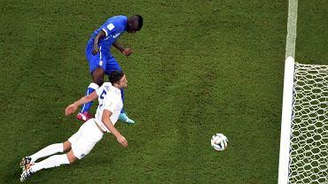 Mario Balotelli zdobywa gola dla Włoch w meczu z Anglią w Manaus