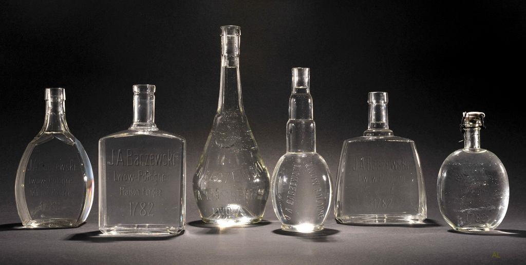 Butelki fabryki J. A. Baczewskiego ze Lwowa. Dwudziestolecie międzywojenne, z kolekcji Adama Łukawskiego