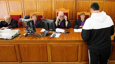 """Sędzia Marek Wieczór (w środku) podczas rozmowy z Jarosławem B. (ps. """"Banan"""") po jednej z wcześniejszych rozpraw w sprawie zabójstwa w Dębnie"""