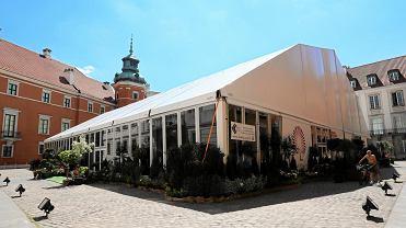 Wielki namiot na placu Zamkowym zbudowany na potrzeby obchodów 550 rocznicy polskiego parlamentaryzmu