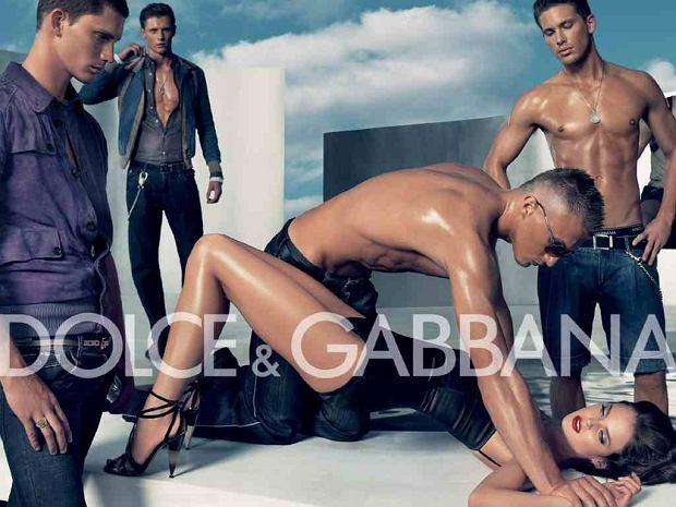 Kampania Dolce & Gabbana z 2007 r. Krytycy zobaczyli na tych zdjęciach zapowiedź zbiorowego gwałtu