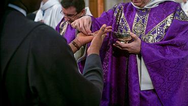 W związku z zagrożeniem koronawirusem w paryskich kościołach komunia podawana jest wiernym do ręki, a nie do ust