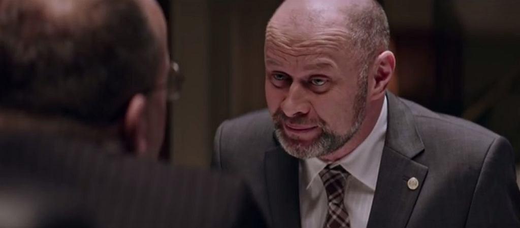 Wojciech Kalarus w serialu 'Ucho Prezesa' / Fragment programu 'Ucho Prezesa' (fot. UchoPrezesa/Youtube)