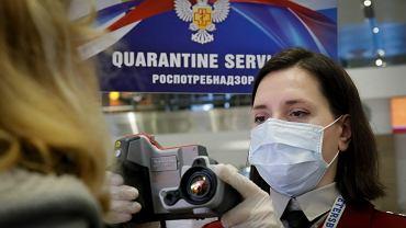 Badanie temperatury pasażerów na lotnisku w Petersburgu.