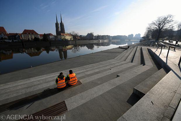 Zdjęcie numer 0 w galerii - Wrocław w czasach epidemii koronawirusa. Niecodziennie puste rondo Reagana, restauracje i miejsca w tramwajach [ZDJĘCIA]