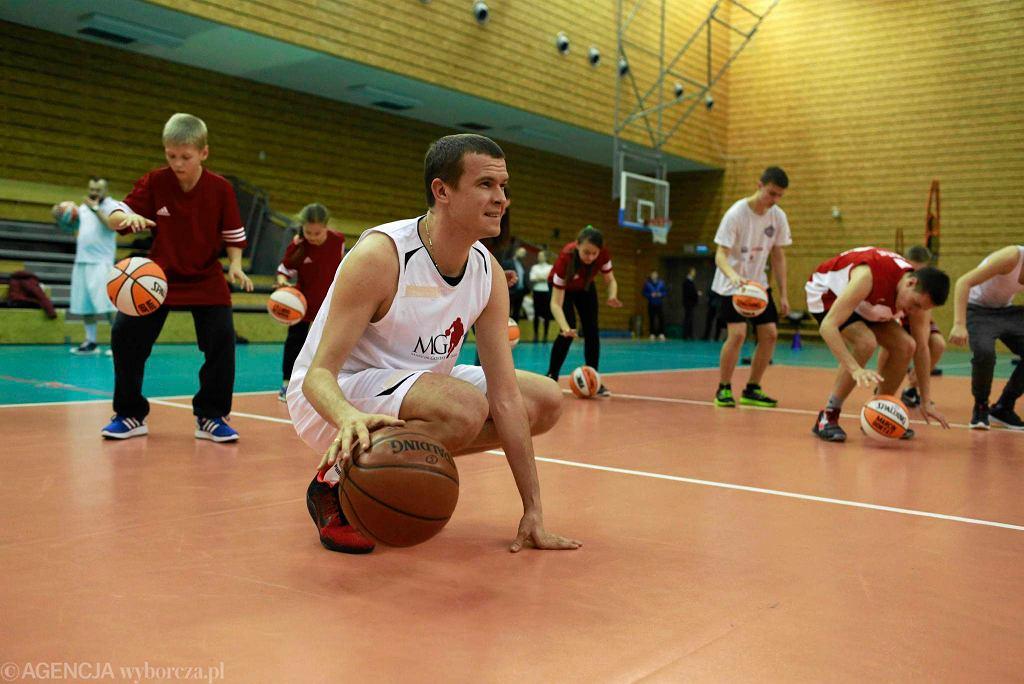 Minister sportu i turystyki Witold Bańka podczas treningu z ukraińskimi dziećmi, zorganizowanym przez Fundację Marcina Gortata