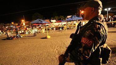 Żołnierze na miejskim targowisku, gdzie doszło do eksplozji