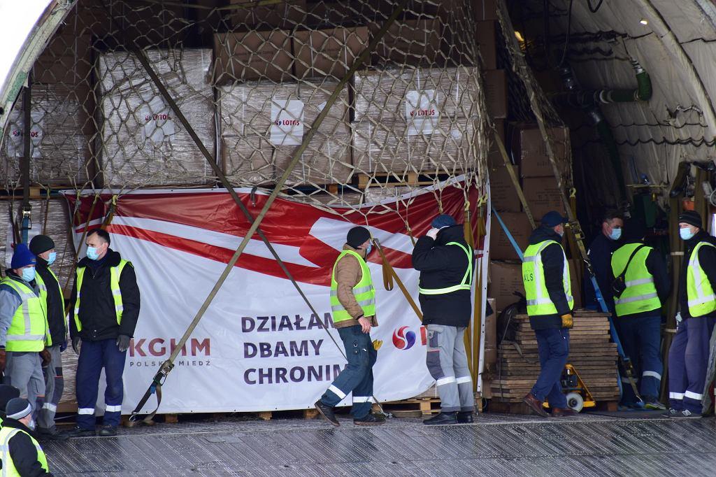 Pandemia koronawirusa. Największy na świecie samolot transportowy Antonow An-225. W ładowni m.in. bezużyteczne maseczki zakupione przez KGHM w Chinach. Warszawa, Okęcie, 14 kwietnia 2020