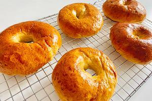 Ciasto a la drożdżowe z dwóch składników to prawdziwy hit. Jak je zrobić? Podpowiadamy