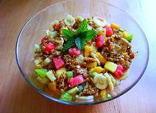 Owocowa sałatka z owsianą kruszonką - ugotuj