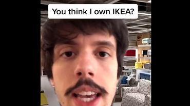 Scott Seiss wciela się w rolę pracownika IKEA