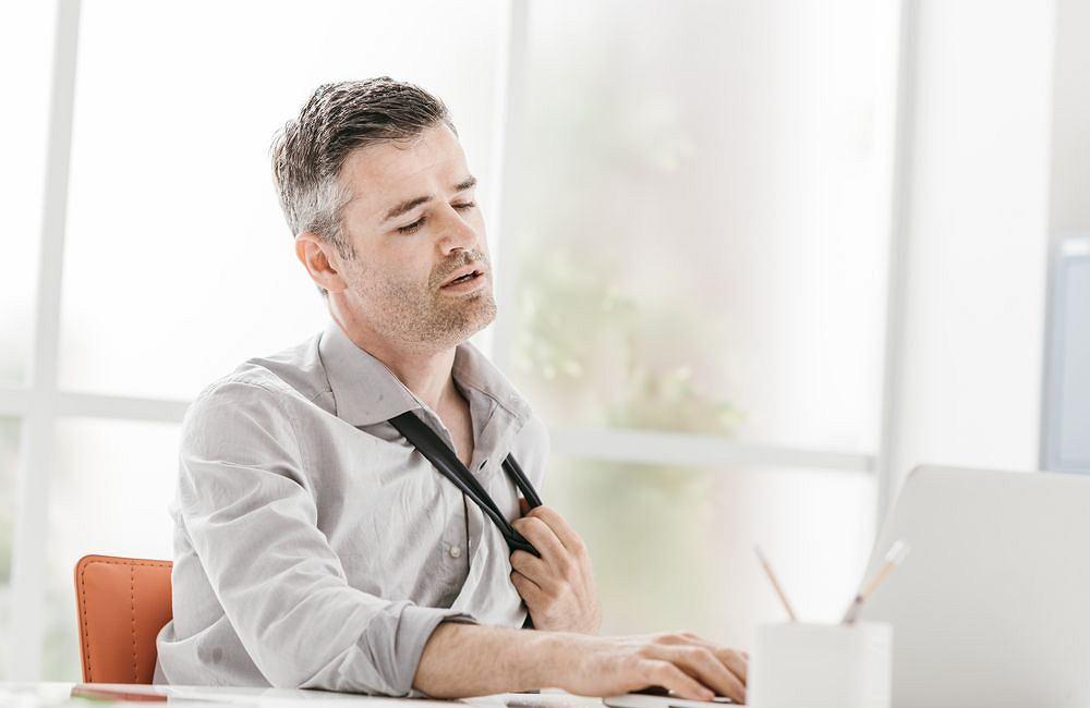 Uderzenia gorąca kojarzysz z menopauzą? Słusznie, ale mogą zdarzyć się każdemu