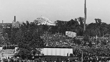 Hałda Huty Katarzyna, a na pierwszym planie odsłonięcie pomnika Czynu Rewolucyjnego w Sosnowcu. 16 września 1967 roku