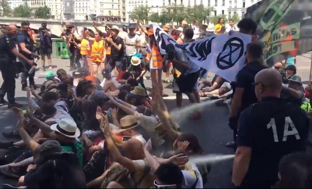 Paryż. Policja użyła gazu łzawiącego przeciwko manifestującym na rzecz klimatu