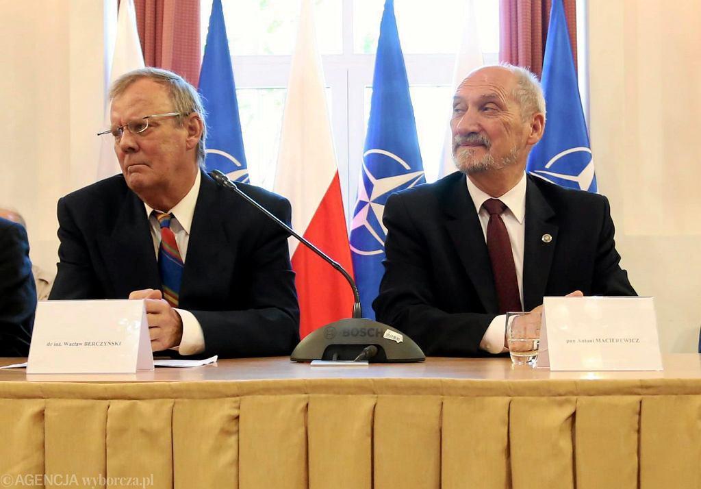 Wacław Berczyński i minister obrony Antoni Macierewicz