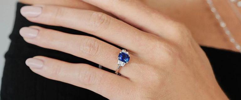 Wyjątkowe pierścionki z kamieniami za grosze. Modele idealne na prezent z rabatem do -80%