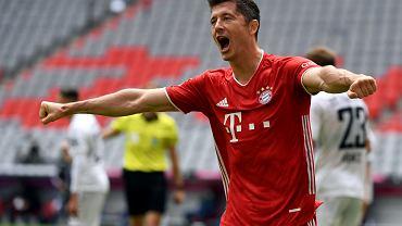 Robert Lewandowski cieszy się po strzeleniu gola w meczu Bayern - Freiburg