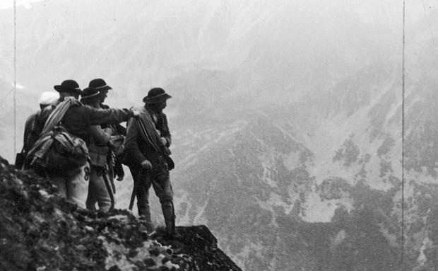 Grupa ratowników Tatrzańskiego Ochotniczego Pogotowia Ratunkowego w Tatrach (fot. Narodowe Archiwum Cyfrowe)