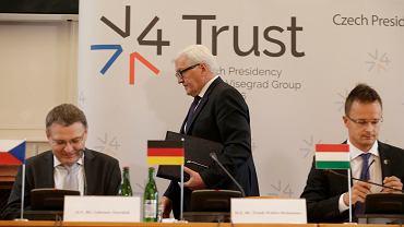 Frank-Walter Steinmeier, szef MSZ Niemiec - przechodzi z tyłu -  Lubomir Zaoralek, szef MSZ Czech oraz Peter Szijjarto, MSZ Węgier. Co dalej z Wyszechradem?