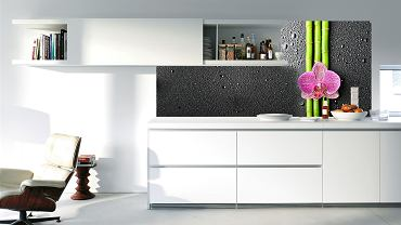 <B>Ostrożnie, szkło! - chciałoby się zawołać, ale w tym wypadku to raczej niepotrzebne. Bo to szkło z założenia bezpieczne, przyjazne, można by nawet powiedzieć. Coraz częściej trafia do naszych mieszkań w nowych, niespotykanych wcześniej postaciach: ścian, regałów, umywalek czy też - jak na tym zdjęciu - dekoracyjno-ochronnych paneli...</B>