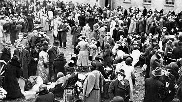 Zbąszyń, 29 października 1938. Wysiedleńcy zgromadzeni na terenie ujeżdżalni dawnych koszar wojskowych