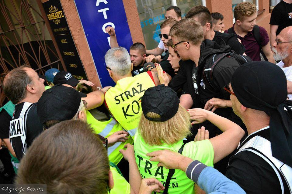 Zdjęcie numer 1 w galerii - Narodowcy atakują KOD. Bójka na manifestacji w rocznicę radomskiego Czerwca '76 [WIDEO, ZDJĘCIA]