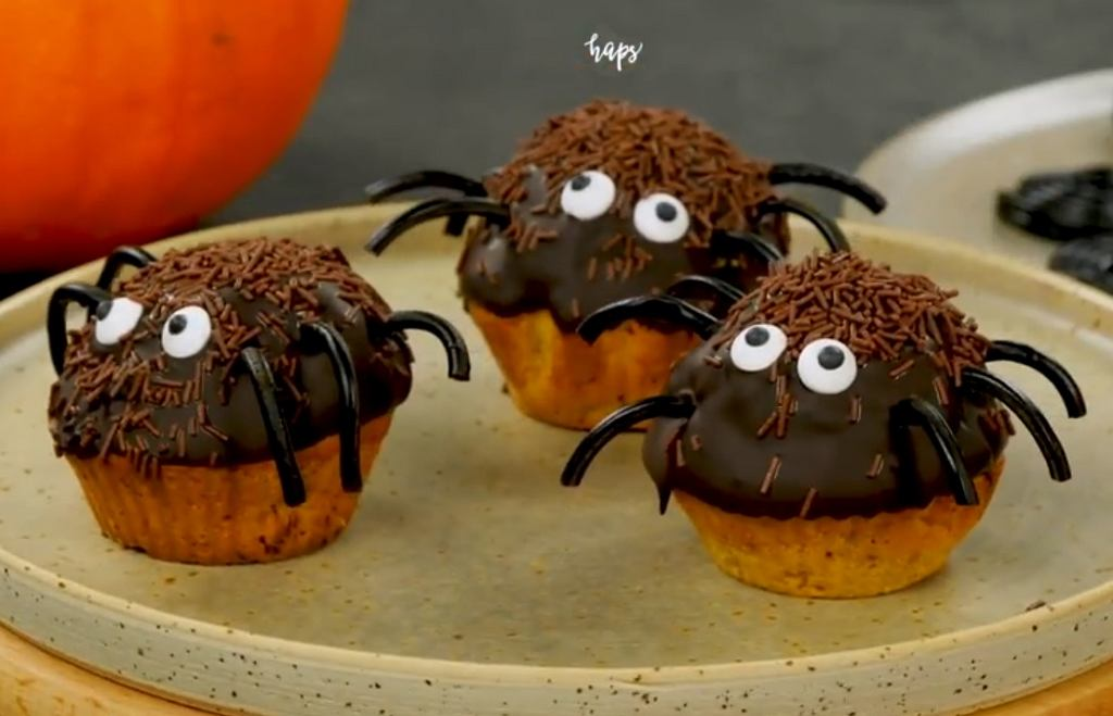 Dyniowe babeczki Pająki to doskonały pomysł na przekąskę na Halloween nie tylko dla najmłodszych