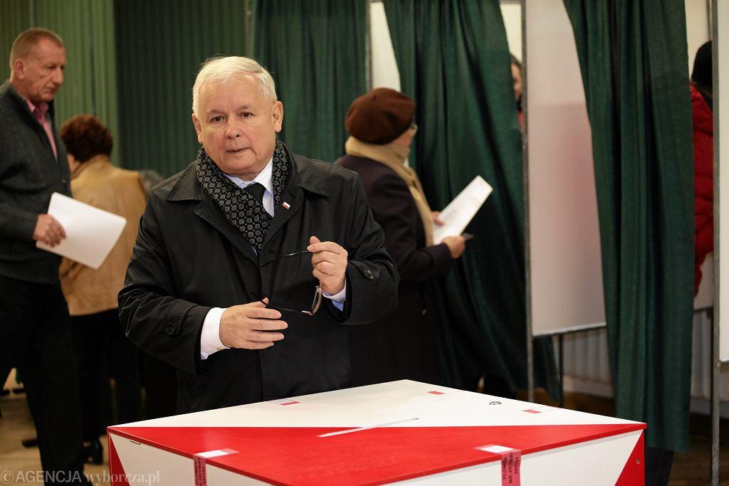 Jarosław Kaczyński głosuje (2015 rok)