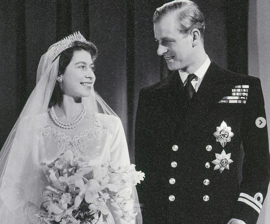 Elżbieta i Filip w dniu ślubu - tym zdjęciem królowa pożegnała męża na oficjalnym Instagramie rodziny królewskiej