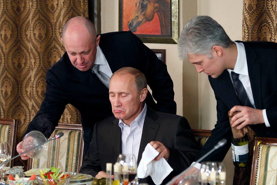 Jewgienij Prigożyn (z lewej) serwuje posiłek prezydentowi Władimirowi Putinowi w swojej podmoskiewskiej restauracji