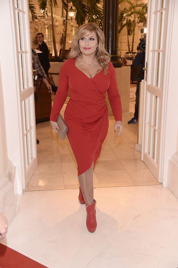 Zdjęcie numer 2 w galerii - Skrzynecka jak seksbomba. Czerwona sukienka z ogromnym dekoltem podkreśliła jej kształty. Zrezygnowała też ze sztucznych rzęs