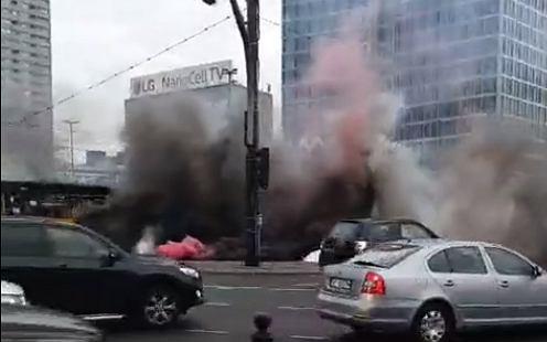 Protestujący rolnicy odpalili race w centrum Warszawy.