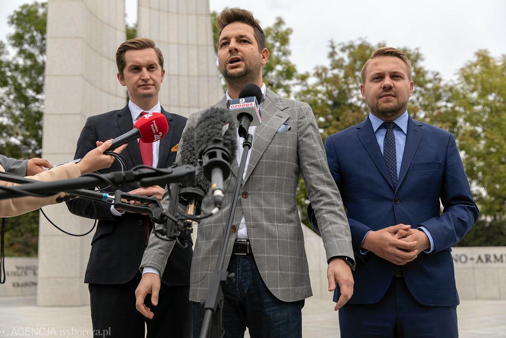 Wrzesień 2019 r. Konferencja w trakcie kampanii wyborczej do Sejmu. Od lewej: Sebastian Kaleta, Patryk Jaki i Jacek Ozdoba.