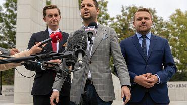 Od lewej: Sebastian Kaleta, Patryk Jaki i Jacek Ozdoba. Konferencja prasowa ws.  'Soku z Buraka '