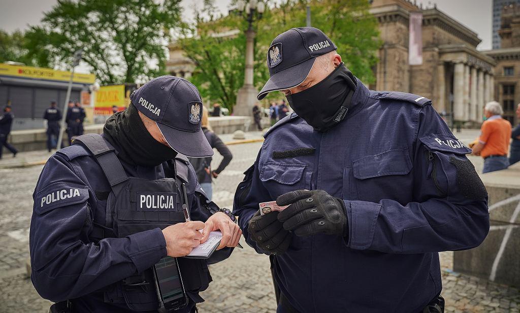 Od początku pandemii polscy policjanci ukarali 19 tysięcy osób mandatem za nieprzestrzeganie obowiązku zasłaniania nosa i ust.