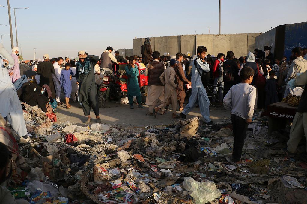 Tłumy zgromadzone przed wejściem na lotnisko w Kabulu.