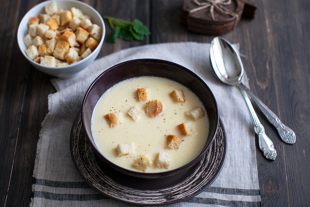Zupa serowa sprawdzi się najlepiej w chłodniejsze dni, kiedy mamy ochotę na coś sycącego