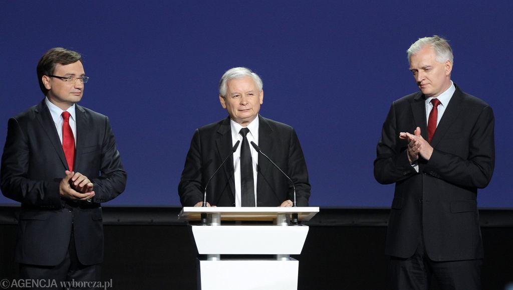 Prezes PiS Jarosław Kaczyński i 'przystawki' - Zbigniew Ziobro i Jarosław Gowin - podpisanie porozumienia o współpracy (późniejsza Zjednoczona Prawica). Warszawa,19 lipca 2014