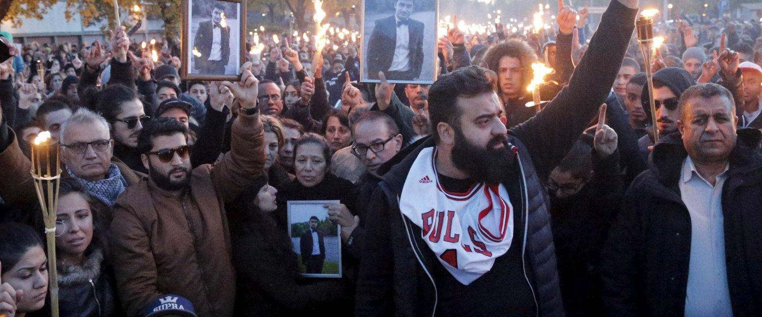 Demonstarcja po tragedii w szkole w Trollhättan w Szwecji, gdzie rasista zamordował dwie osoby, a wiele ranił. (fot. TT News Agency / Reuters)