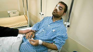 Syryjczyk George Mamlook w szpitalu przy ul. Lutyckiej (Juraszów) po pobiciu w centrum Poznania na oczach przechodniów. Prosił o pomoc, ale nikt mu nie pomógł. Syryjczyka odwiedził w szpitalu prezydent Poznania Jacek Jaskowiak i przeprosił w imieniu mieszkańców