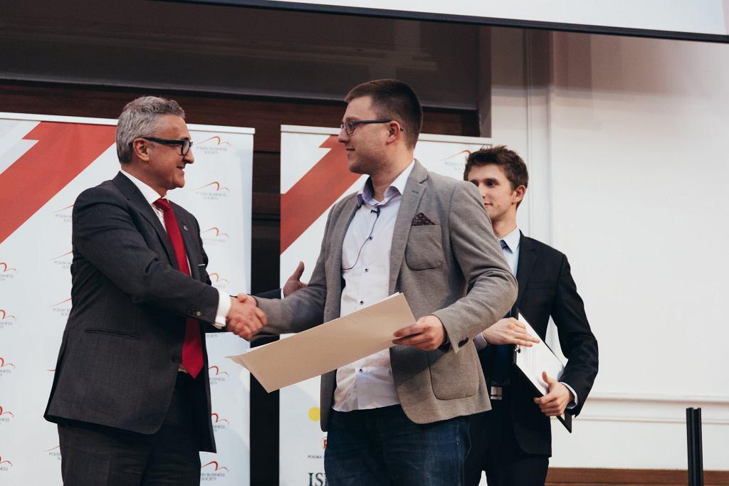 Wręczenie nagrody zwycięzcom Zbigniewowi Wojnie i Robertowi Kozikowskiemu (założyciele TensorFlight) pierwszej edycji LSE PBS Start-up Challenge